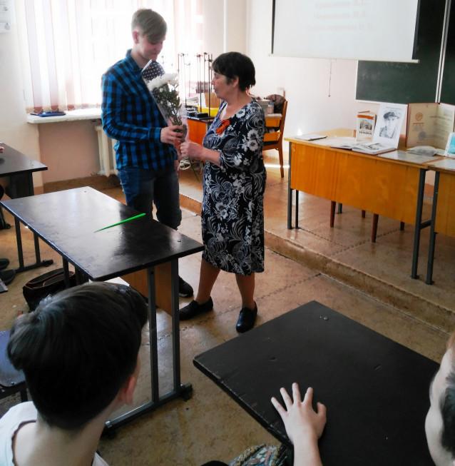 Ученик дарит цветы