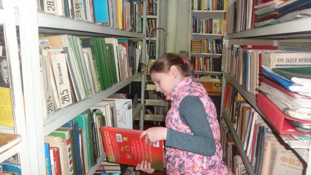 Зотова Виктория в роли библиотекаря