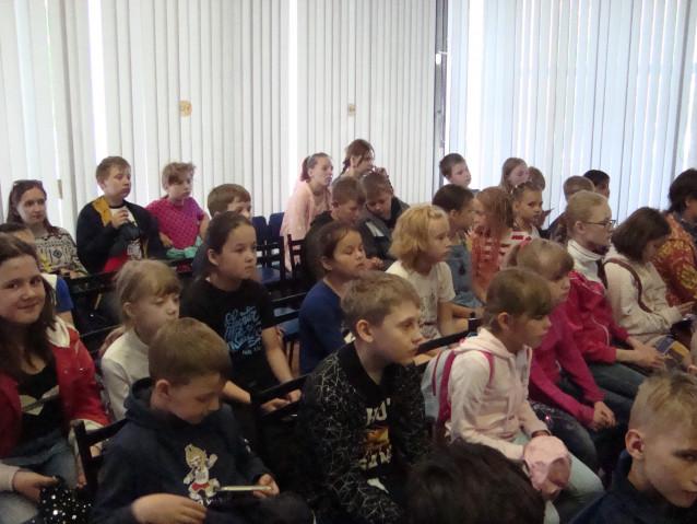 Дети слушают