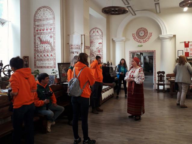 Гости расспрашивают о предметах выставки