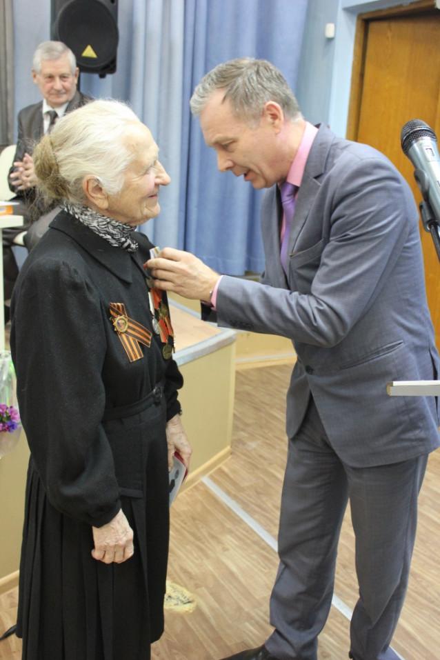 С. Н. Сухарев вручает медаль