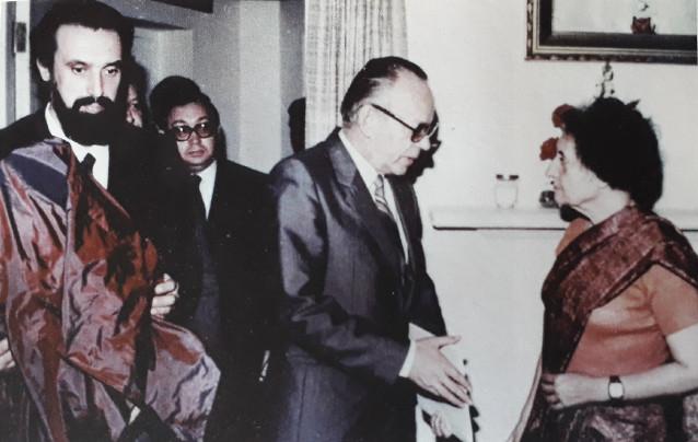 Игорь Васильев дарит портрет Дж.Неру Индире Ганди, 1980 е гг