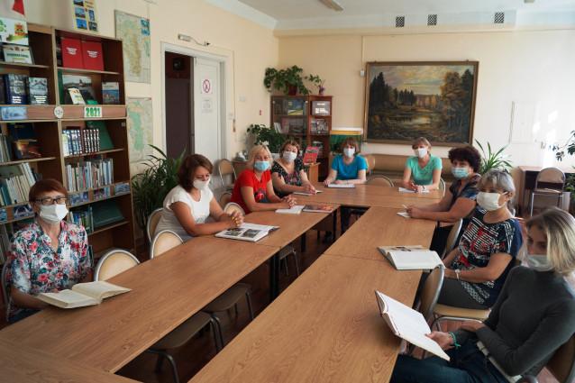 1-SOTRUDNIKI-BIBLIOTEKI-SLUSAYT-SELEZNEVA-GOGOLEVKA.jpg