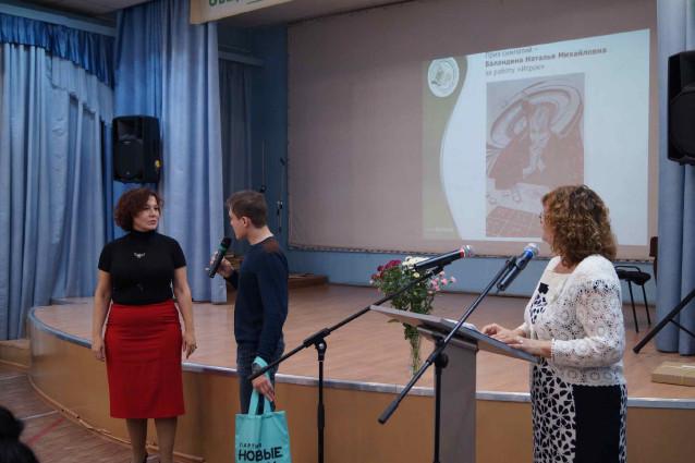 13 И. М. Кузьмичев вручает собственный приз